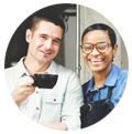 obers drinken koffie bij de ingang van het restaurant restaurant promoten instagram