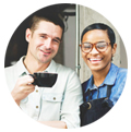 garçons tomando café na porta do restaurante Promover restaurante Instagram