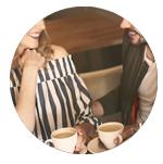 couple buvant du café dans un restaurant