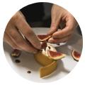 handen van de chef die vijgen snijden. Promoten restaurant instagram