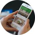 ElTenedor mirando el móvil aplicación de reservas de restaurantes