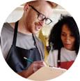 ElTenedor dos camareros analizan ventas restaurante locavore