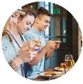 influenciadores tirando fotos de seus pratos no restaurante. Promover restaurante Instagram