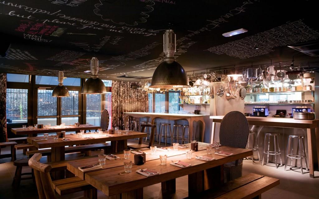 Mama Shelter nel ristorante di Parigi è un esempio di come montare un ristorante con tavoli lunghi per vari clienti e facilitare la vicinanza. Tendenze del design 2016