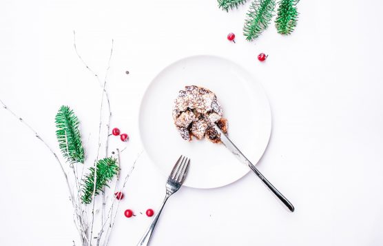 assiette-blanche-gâteau-noel-branches-sapin