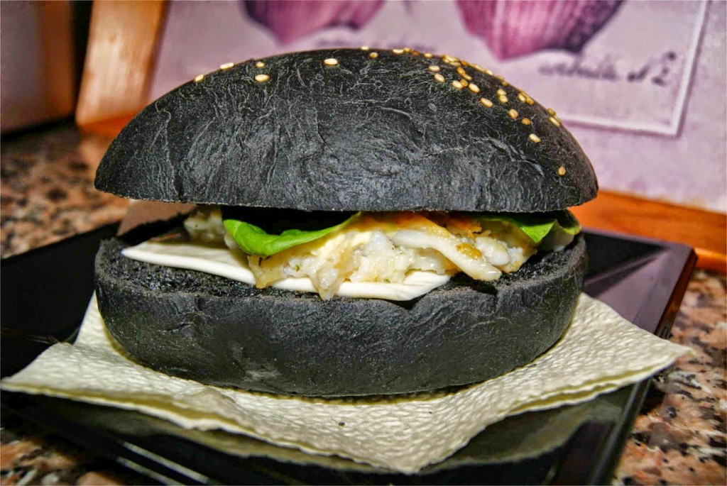 ElTenedor - Atraer clientes con las tendencias gastronómicas 2017 - hamburguesa con pan negro