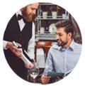 segmentación clientes restaurantes  camarero mostrando botella de vino a un cliente