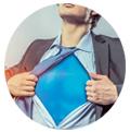uomo aprendo la camicia e mostrando il costume da superman segmentazione dei clienti