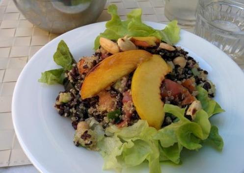 TheFork - Osez les plats végétariens pour trouver des clients- Quinoa aux légumes, riz à l'encre de seiche et pêches. Restaurant Quinoa. Florence, Italie