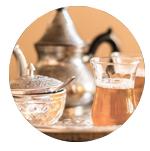 theepot, suikerpot en glas met thee