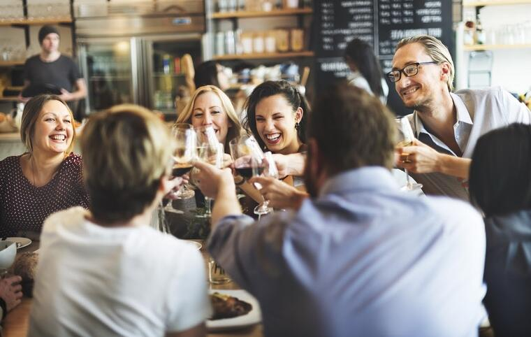 apertura ristorante tavolo con clienti