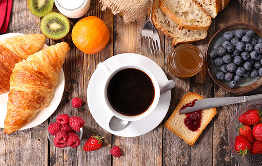 croissants, een kop koffie, fruit, ontbijt restaurant