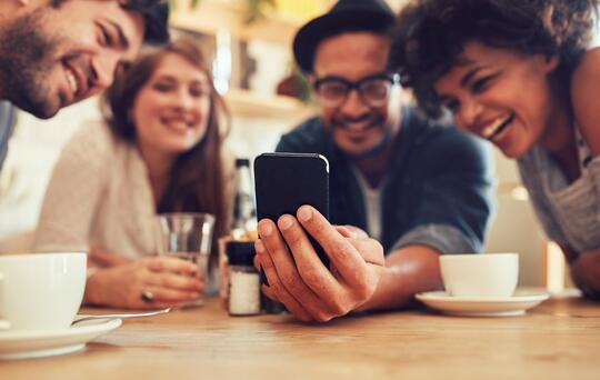 Menschen schauen auf ein Telefon