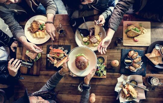 gente cenando