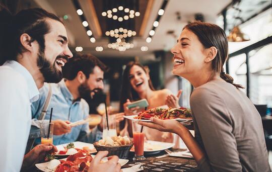 Uomo e donna che cenano