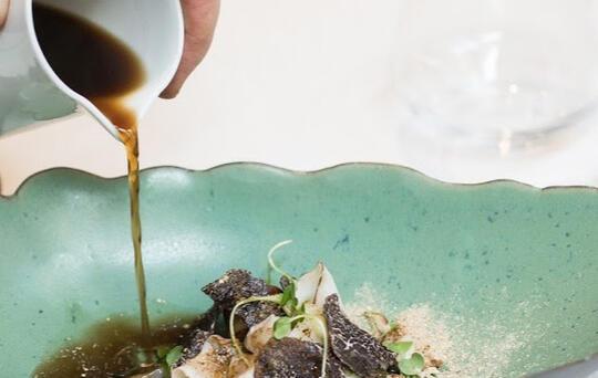 ElTenedor vajilla para restaurantes chef sirviendo platos