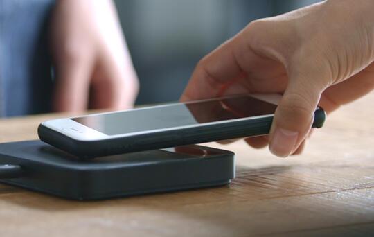 cliente pagando con móvil futuro restaurantes