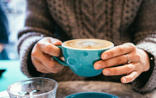 femme avec une tasse de café