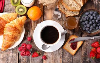 croissants, tasse de café, fruits, petit déjeuner restaurant
