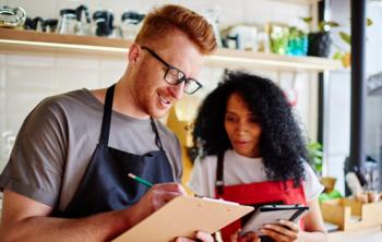 2 Restaurateurs : comment optimiser la gestion de votre personnel ?