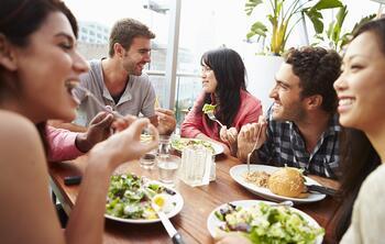 Clients mangeant au restaurant