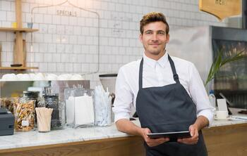 Propriétaire de restaurant avec un iPad