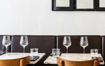 deux tables dressées dans un restaurant