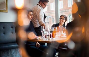 Turnover - un serveur qui sert une table de deux personnes