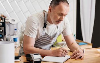 ElTenedor - Claves para asegurar las ganancias del restaurante - Gerente sacando cuentas en el restaurante