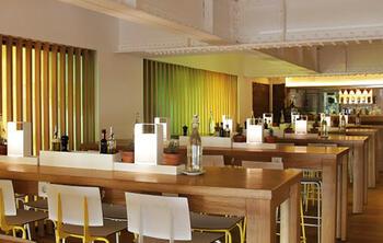 Cómo montar un restaurante según las últimas tendencias en diseño. Mesas largas, proximidad, materiales orgánicos, espacios abiertos