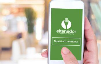 ElTenedor mano con movil mostrando sistema de reservas online restaurantes