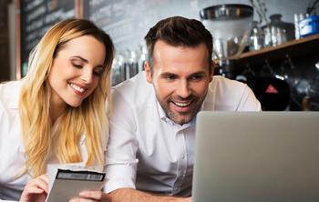 software restaurante: Imagen de dos gerentes de restaurante creando una base de datos con ElTenedor Manager