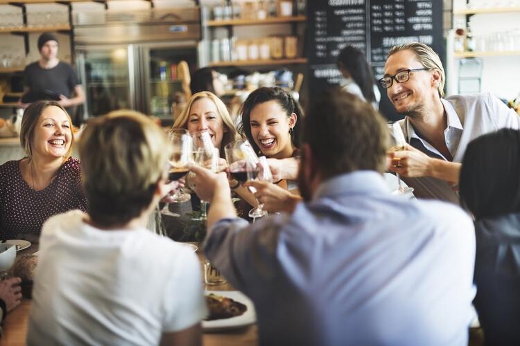 ouverture restaurant table avec clients