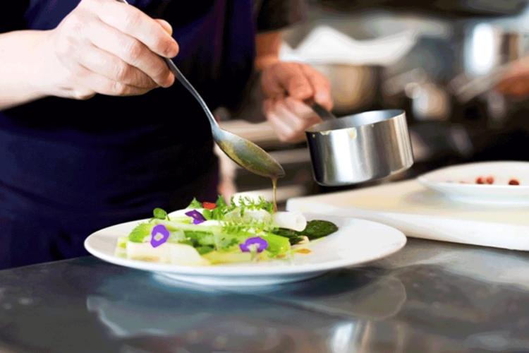 chef-cuisinant-une-sauce-aux-légumes