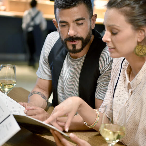 ElTenedor - marketing para restaurantes trucos para optimizar el menú - pareja mirando la carta