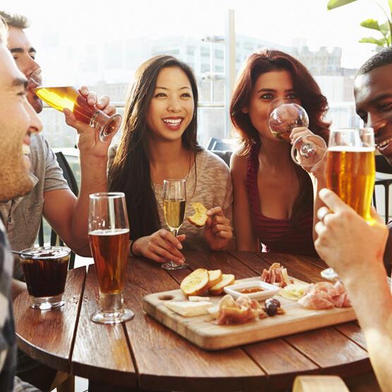 ElTenedor - Conseguir clientes - grupo de compañeros de trabajo tomando y comiendo en restaurante luego de salir de sus oficinas