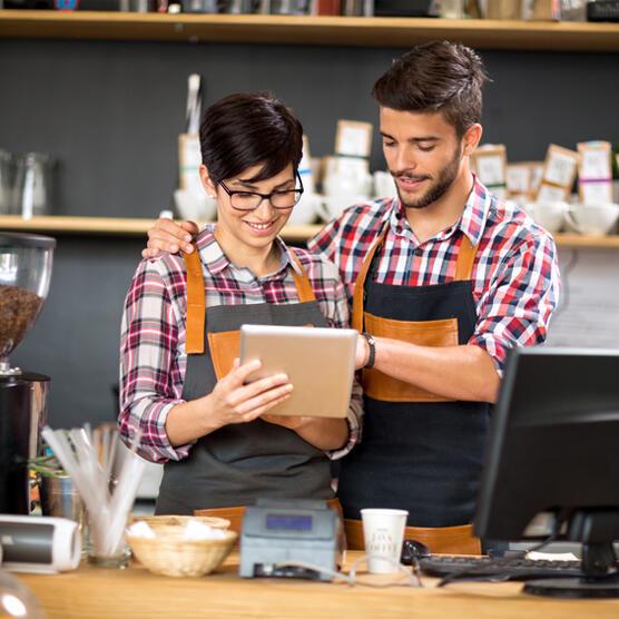 software restaurante - dos gerentes de restaurante viendo la base de datos de ElTenedor Manager en una tablet