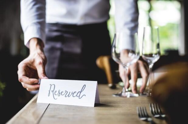 reserved-sign-on-a-restaurant-table