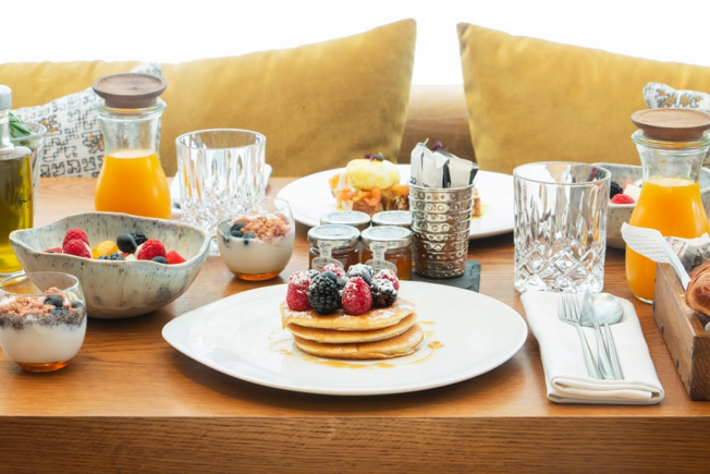 https://cdn.theforkmanager.com/static/styles/wysiwyg_blog/public/brunch-pancakes-fruits-jus.png?itok=vUGaazi2