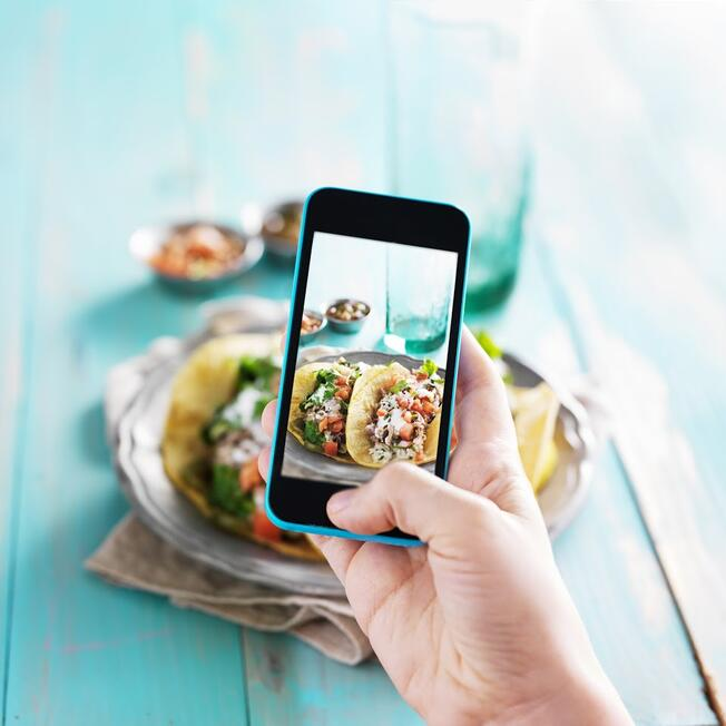 food-influencer-taking-picture